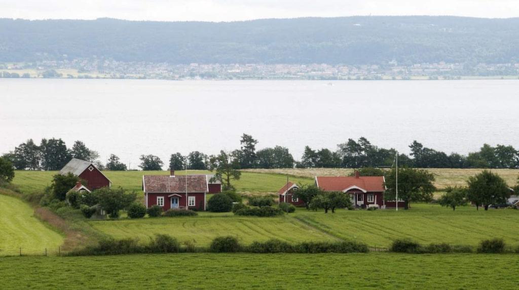 Kika ut över Visingsö när du väljer turistvägen mellan Gränna och Omberg/Tåkern.