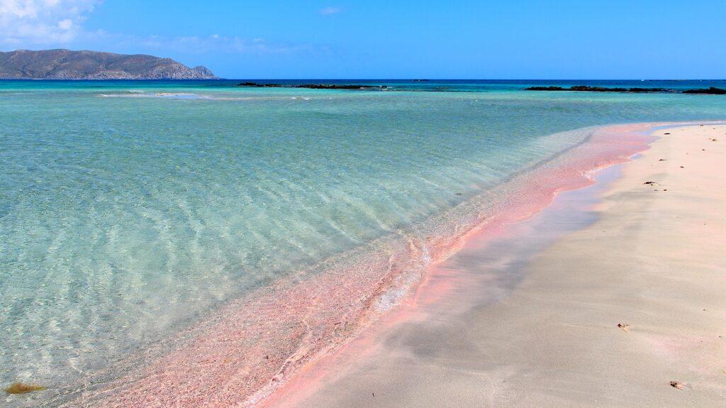 Kreta, med den rosa stranden Elafonisi, kniper tredjeplatsen på listan över resmål med bäst stränder.
