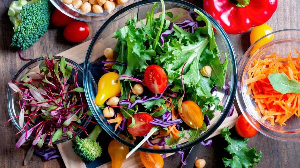 Grönsaker och frukt innehåller viktiga vitaminer och antioxidanter som skyddar och stärker kroppen.