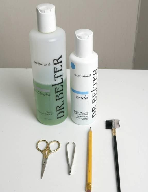1. Detta behövs. Ögonmakeupremover, pincett, penna, sax, borste, ansiktsvatten.