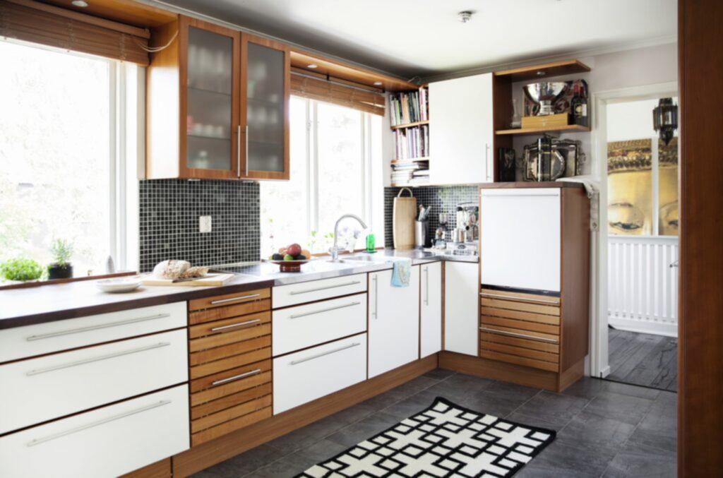 Kök med utsikt. Köksinredningen kommer från HTH och fanns på plats när Emilia och Lasse köpte huset. Köket används ofta och har en fin utsikt mot trädgården
