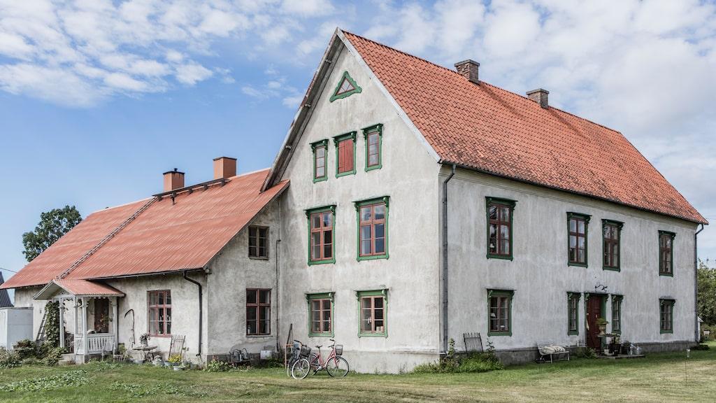 Båda husen är bostadshus, men stora huset är från 1874 och flygeln är från 1910.
