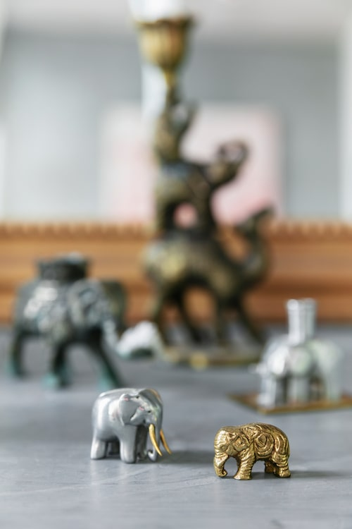 På bordet står några av Anettes elefanter, både pyttesmå och som ljusstakar.