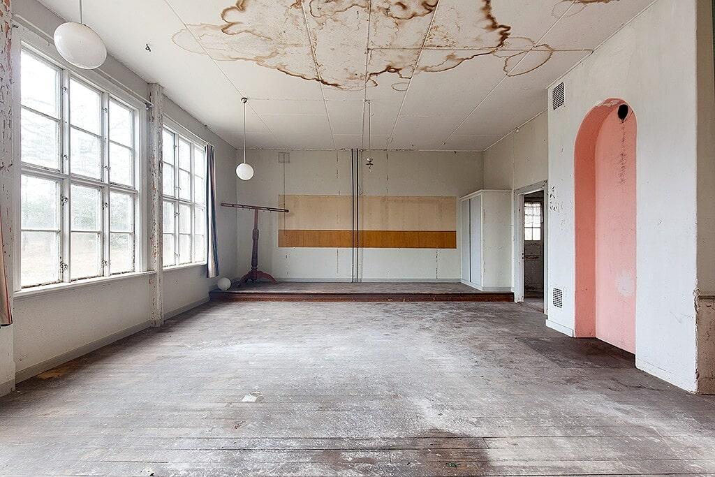 I det gamla klassrummet syns spår från skoltiden.