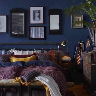 5aa1fca52d01 Det är mörka färger som står i fokus i höst. Nyanser av lila och vinrött  går igen i alltifrån textilier till väggfärger. Kombineras med fördel med  mörkblå ...