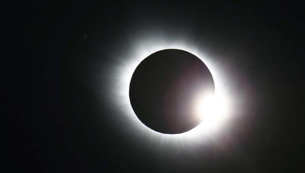 Svalbard och Färöarna är de enda platserna på jorden där en fullständig solförmörkelse kunde ses i dag.