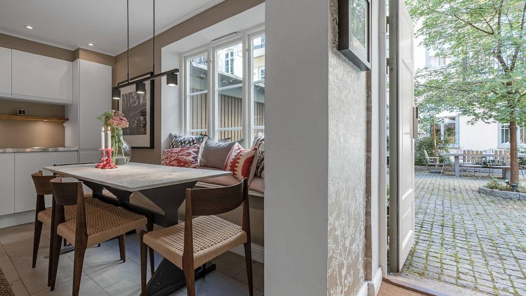 På entréplan ligger köket med matplats för åtta personer. Här finns även ett stort fönster med platsbyggd bänk.