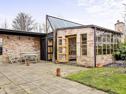 Annexet som ingår i köpet har både gästhus och orangeri.