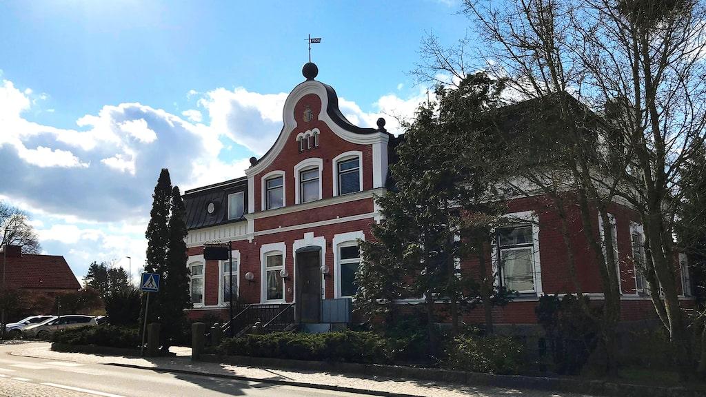 1906 stod Sparbankshuset klart. När banken avslutade sin verksamhet där 2015 gjordes lokalen om till lägenhet.
