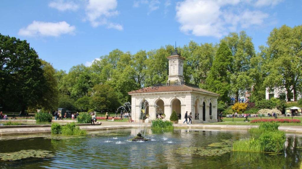Promenera genom Kensington Gardens, London.