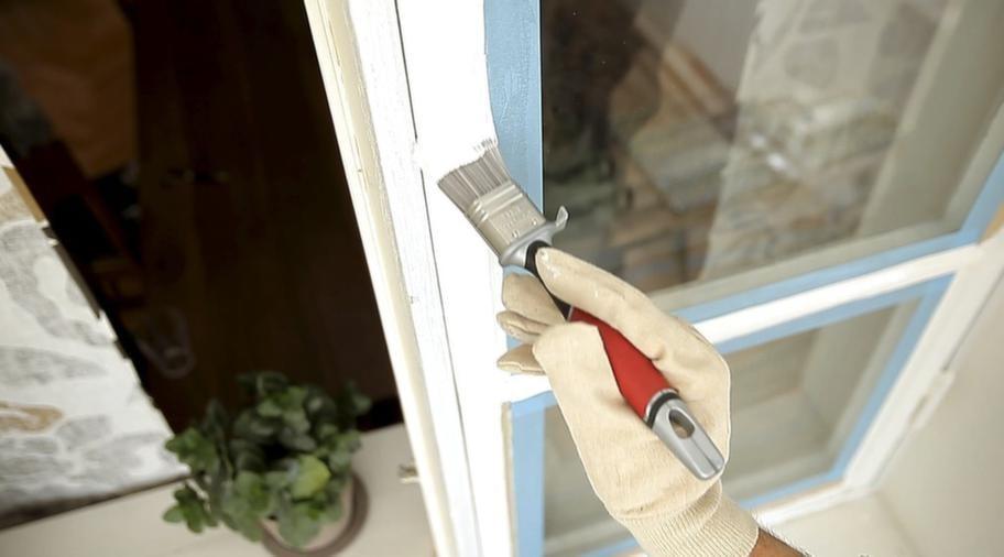 <strong>MÅLA KLART!</strong><br>6. Vid fönsterfodret är det smidigt att använda en bredspackel. Måla klart fönstret och låt torka enligt anvisningarna. När färgen torkat gör du en slutstrykning. Ta bort maskeringstejpen. Passa på att byta ut rostiga järndetaljer så har du ett fönster som kommer se vackert ut i många år.