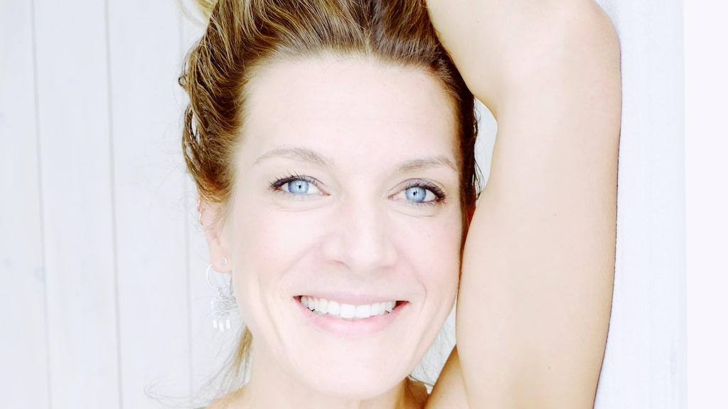 PT:n Erika Kits Gölevik visar sköna övningar som mjukar upp.