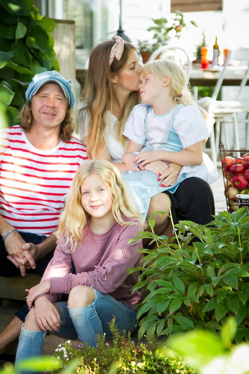 Familjen Jepson Svartz. Mikael, Cornelia, Vira och Ärla på altantrappan i höstsolen.