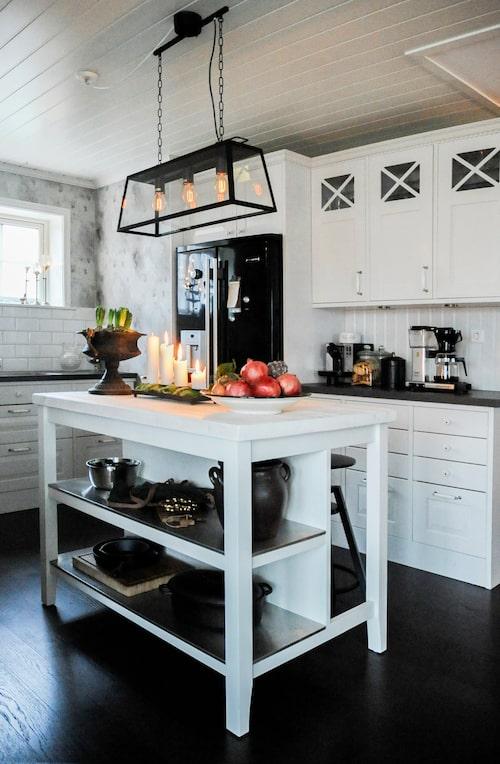 Köksön kommer från Ikea och har fått en toppskiva av samma snickare som tillverkade matbordet. Ovanför lampa från Ljusspecialisten i Kungsbacka. Adventsljusstake med blockljus och kuddmossa på ett fat.