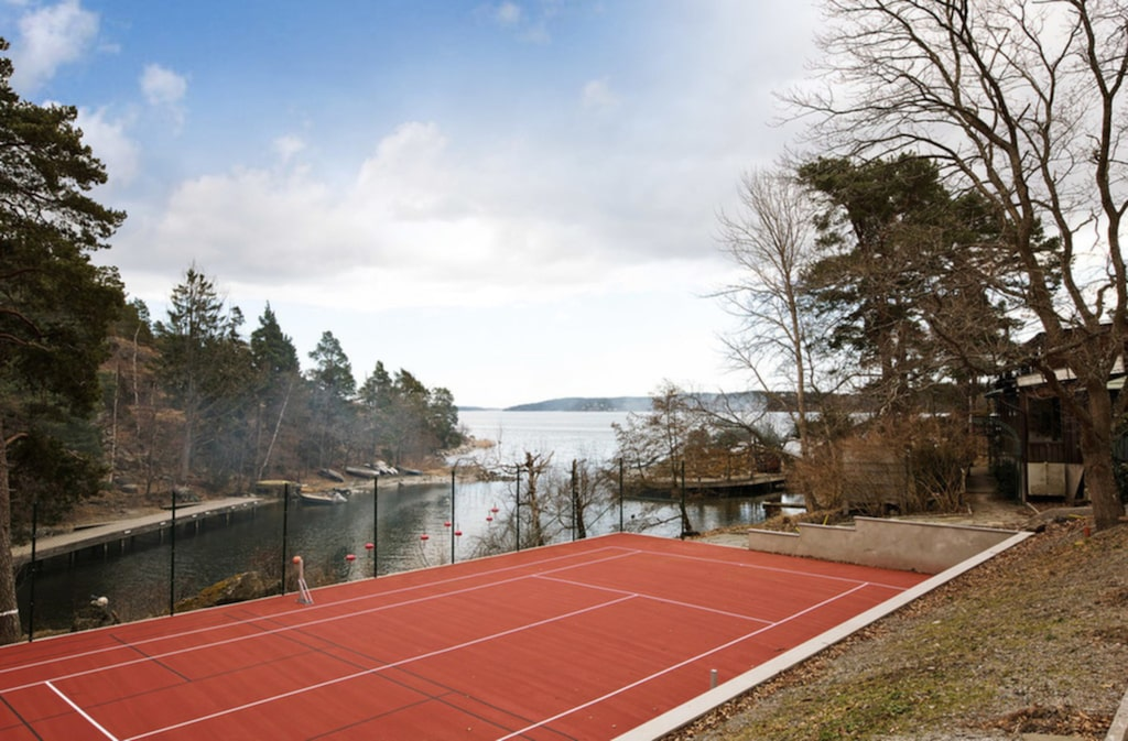 Här finns en tennisbana.