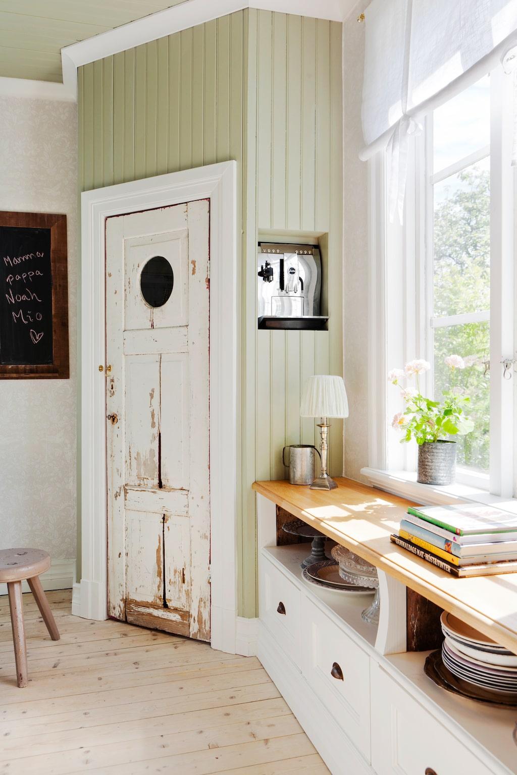 All köksinredning är byggd av Johan. Bänkskivorna är gjorda i materialet Cavino, skafferidörren fanns i huset. Knoppar och handtag kommer från Specialbeslag.