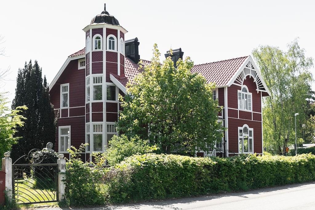 Torn, burspråk och snickarglädje. Trävillan i Åhus byggdes 1898 till dåvarande kommunfullmäktiges ordförande.