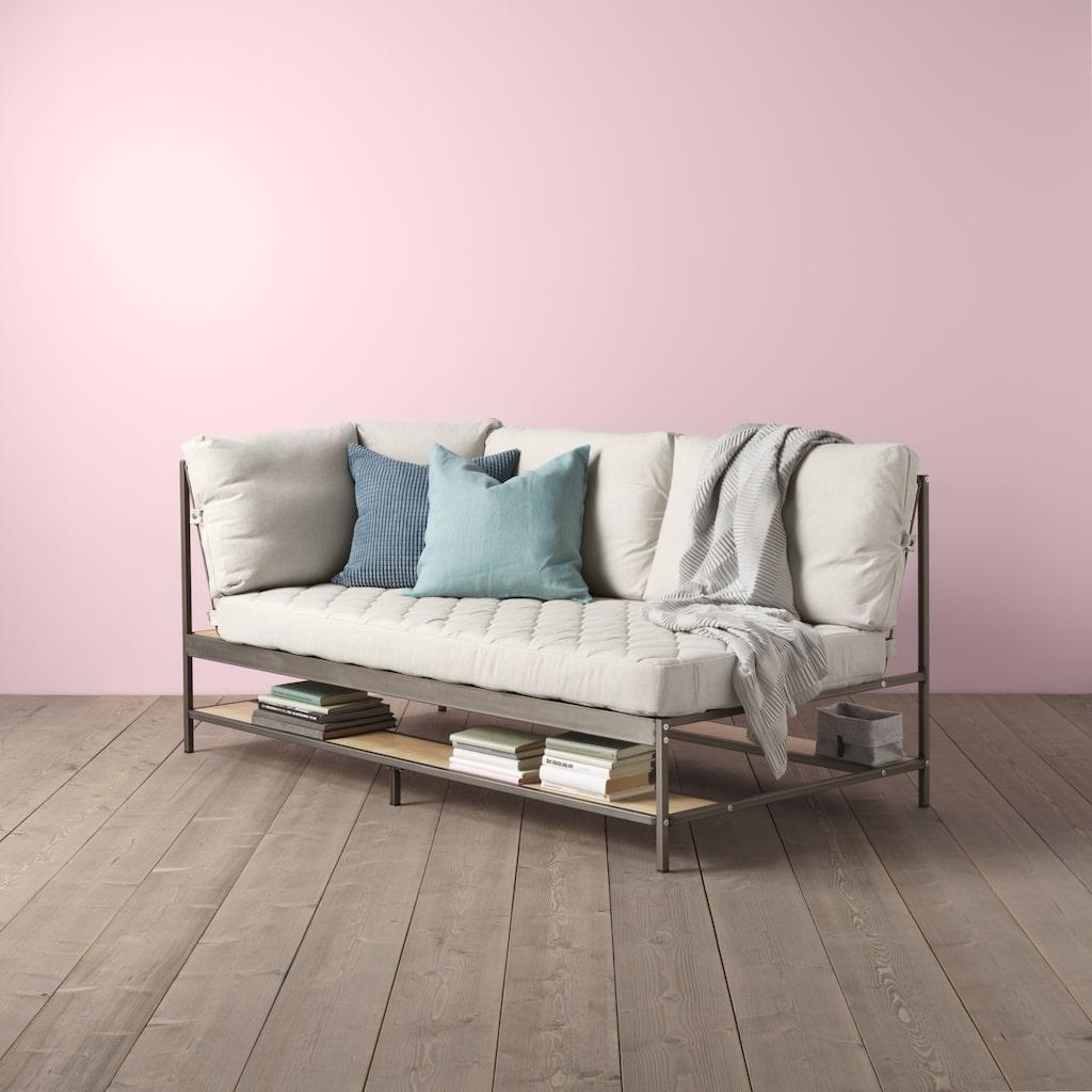 Ekebol soffan har flera förvaringsmöjligheter, med ett stålnät på baksidan och hyllor på alla sidor.