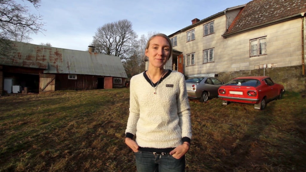 Emilia Lindholm framför ödegården hon nu ska rusta upp.