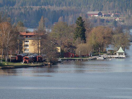 Nota Tåghem ligger fint vid Norasjön.