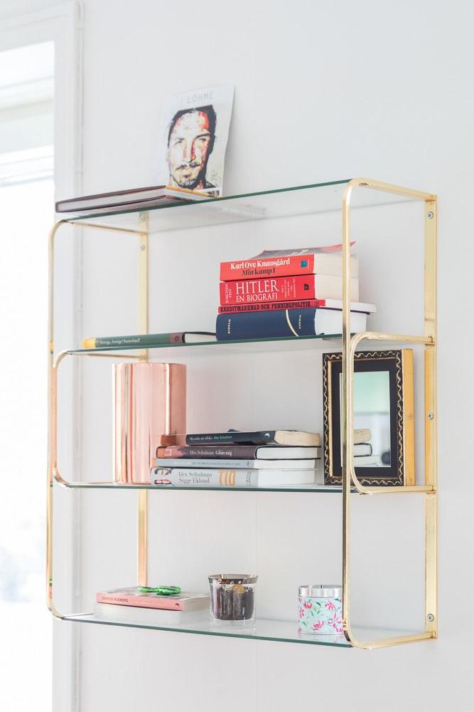 Guld & glas: Dekorativ vägghylla från Ellos.
