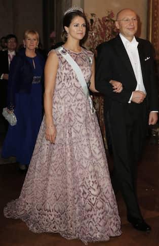 301de0146adf Även 2014 blev prinsessan Madeleines klänning en snackis. Den här gången  var det klänningens vikt som väckte uppmärksamhet. De många små  glaspärlorna gjorde ...