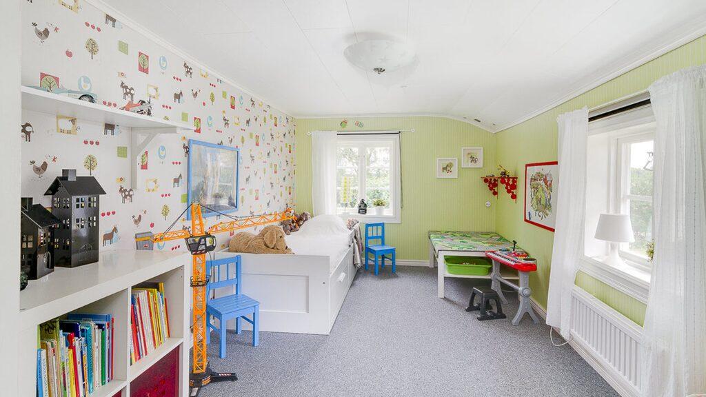 Ett av två mysiga barnrum på övervåningen med heltäckningsmatta.