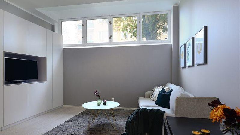 Fönstren är små eftersom lyan ligger i en källare.