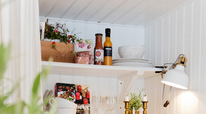 Köket från Åhlins i Askersund. Lampa, Ikea. Ljusstakar, Myrorna. Skålar, koppar och fat från Zara Home. Vattenkanna, tvålar och matprodukter, CE Inne Ute.
