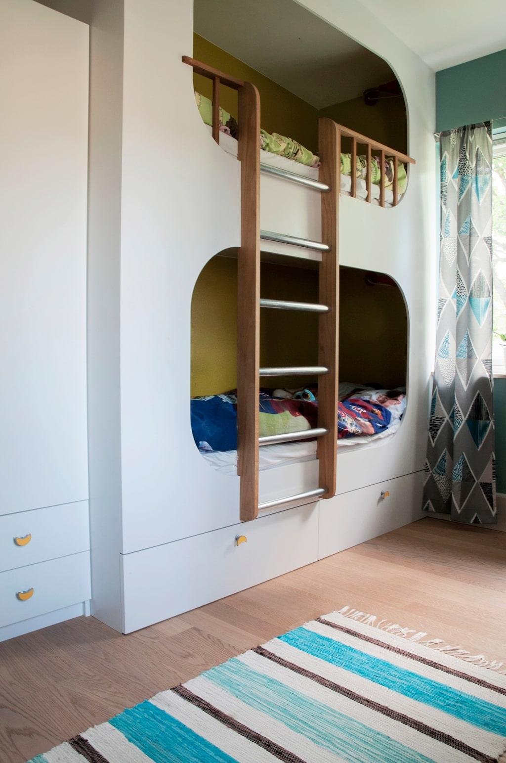 I Alvins rum har Jens platsbyggt en säng med tillhörande lådor som ger mycket förvaring och plats för lek på golvet.