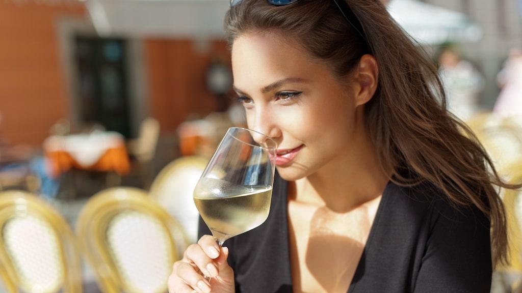 Vitt vin kan göra att rött vin lättare fastnar på tänderna.