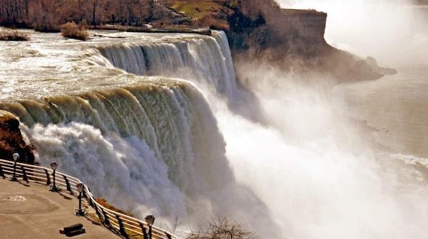 I Niagarafallen passerar minst 2 000 kubikmeter vatten per sekund.