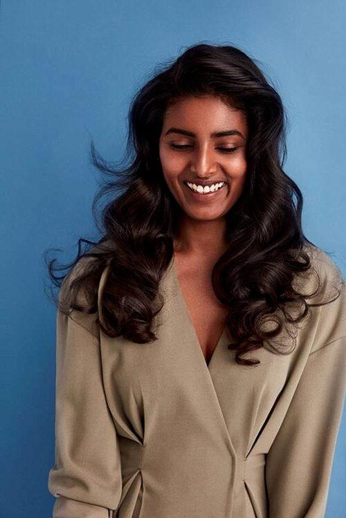 Håret får mer textur och i stället för att försöka uppnå det man inte har naturligt, ska man omfamna självfallet eller det spikraka.