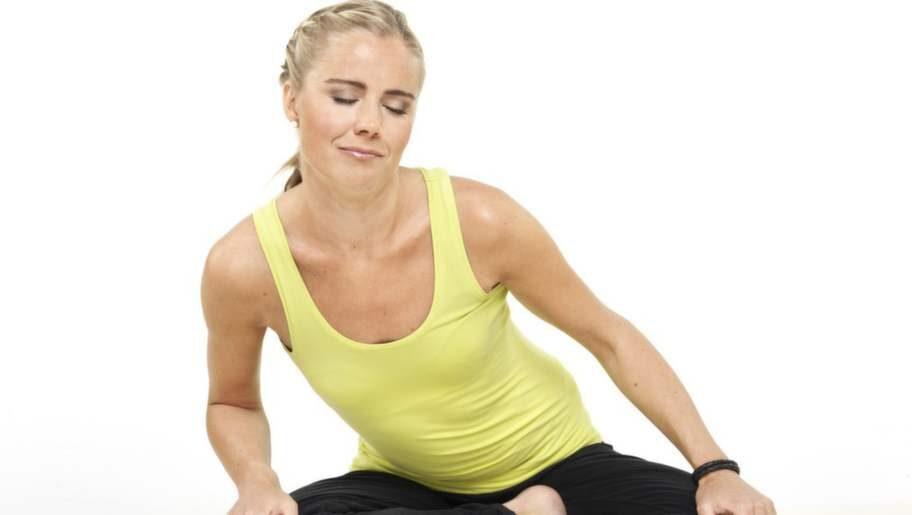 Yogainstruktör Madeleine Wilhelmsson, YogaMana, visar suficirkeln som bland annat stabiliserar mage och rygg.