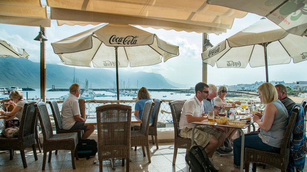I hamnen serveras lokal mat med vin från grannön Lanzarote.