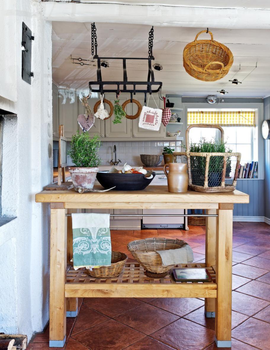 RUSTIKT KÖK<br>I köket finns en gammal vedspis som Catarina eldar i vintertid.