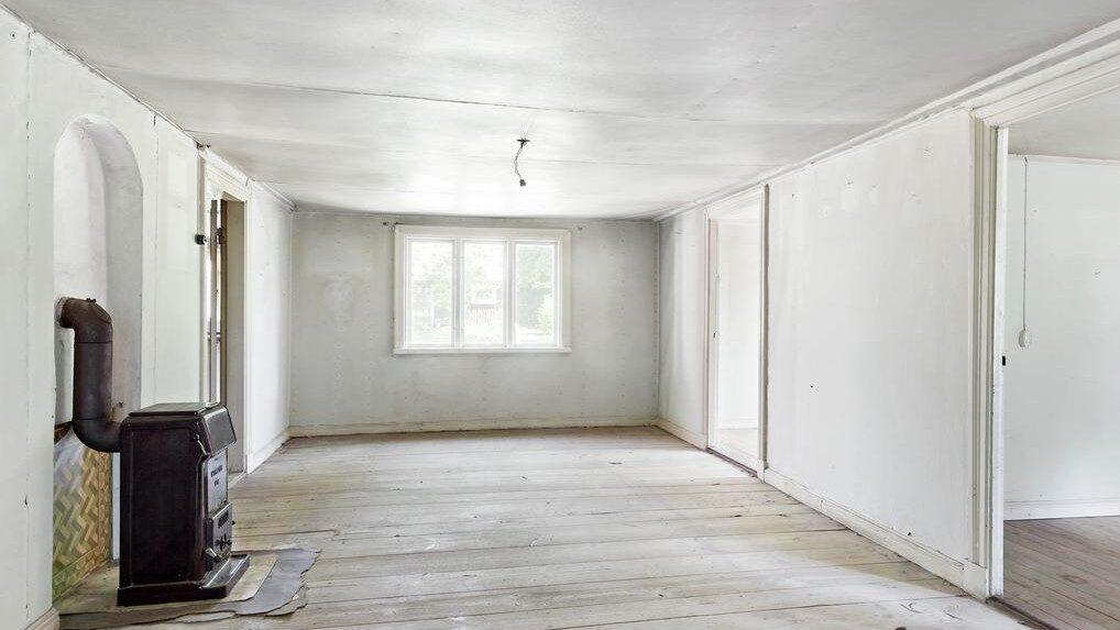 Fin gammal spis och trägolv i ett av rummen.