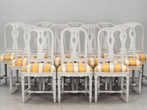 """EXKLUSIVT. Tolv stycken gråmålade """"Hallunda"""" stolar ur den klassiska 1700-talsserien.  Klubbade för 30 400 kronor."""