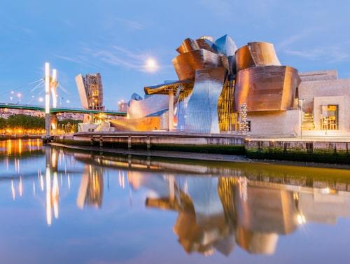 Guggenheimmuseet i Bilbao med sin speciella arkitektur är ett måste för Bilbao-besökaren.
