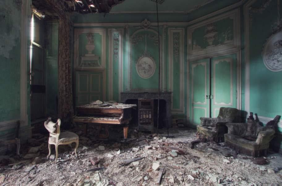 Det här är ett gammalt musikrum i ett sönderfallande belgiskt slott.