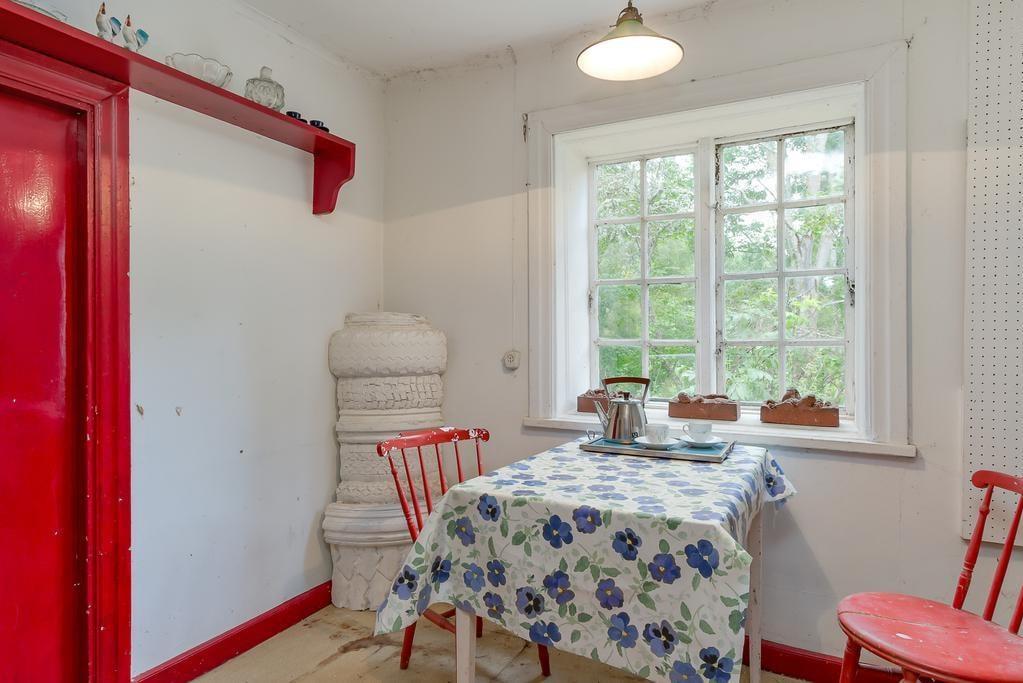 Matbord i det lilla charmiga köket.