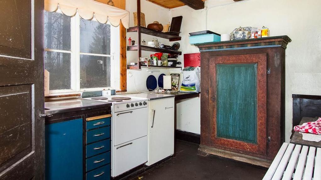 I köket står ett mycket gammalt skåp. Här krävs en hel del renovering.