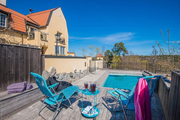 Här kan man tillbringa många härliga sommardagar vid swimmingpoolen och blicka ut över sjön.