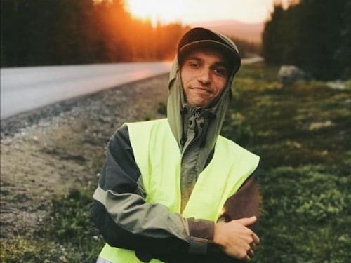 Tage Wikander, 26, har tidigare bott i en liten vagn i skogen.