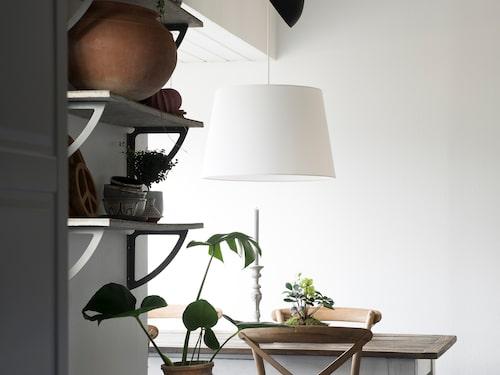 Köket är inrett i Camillas bohemiska stil. Matbord och stolar från Ilva och matta från Rusta. Taklampan är från Ikea.