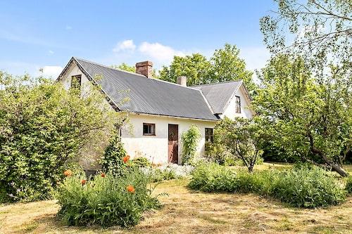 Huset ligger i lantbruksmiljö på södra halvan av Gotland