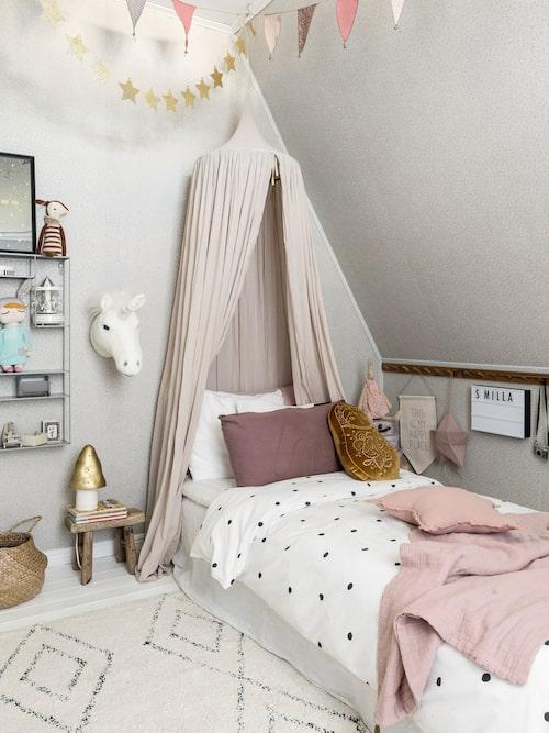 Smillas rum är en riktig flickdröm i dova färger som gammelrosa, lila och grått. Sänghimmel, vimplar och kuddar, Numero 74.