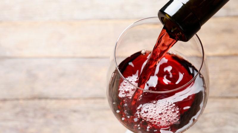 Resveratrol förekommer naturligt i skalet till blåa vindruvor och därmed också i rött vin.