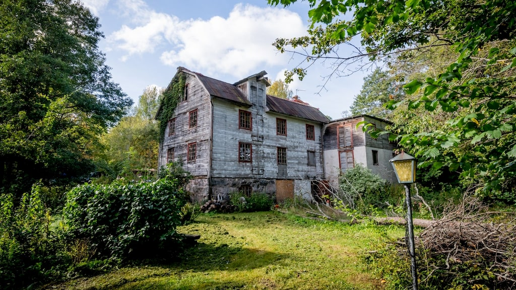 Övergivna, lite kusliga hus fascinerar många. Karlösa kvarn är till salu – och det här är en plats som ingen annan.