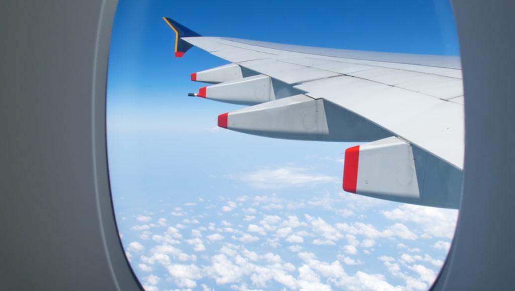 Fönsterluckorna ska vara uppfällda vid start och landning.